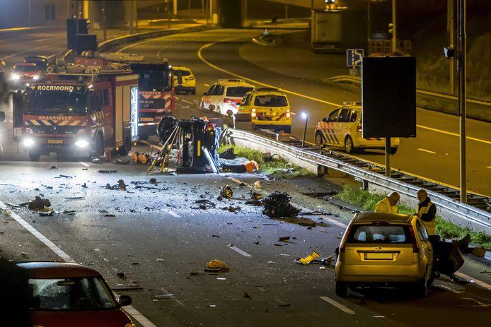 Een ravage op de snelweg A73 bij Roermond na het fatale ongeluk op de A73 in november 2017