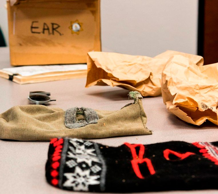 Twee van de skimaskers die door de moordenaar werden gebruikt.