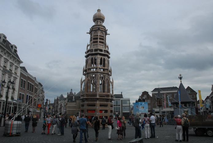 Het eindresultaat: de in 1584 afgebrande middentoren is herrezen, zij het in een kartonnen versie.