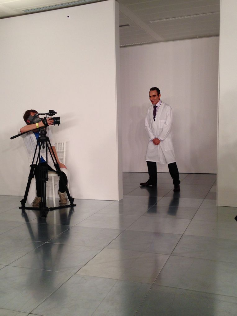 John Galliano in een witte stofjas bij zijn première als creatief directeur van Maison Martin Margiela. Beeld Cécile Narinx