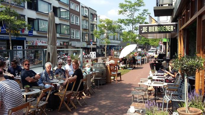 Een straatfeestje in de Bloemerstraat, begin juni. De straat, een belangrijke verbindingsroute  tussen centraal station en Plein 1944, timmert juist aan de weg met veel nieuwe bedrijfjes, nieuwe bestrating, meer groen en een muurschildering.