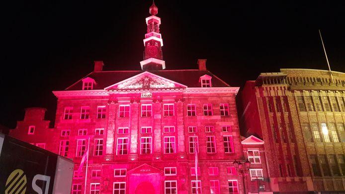 Het Bossche stadhuis baadde dinsdagavond in rood licht.