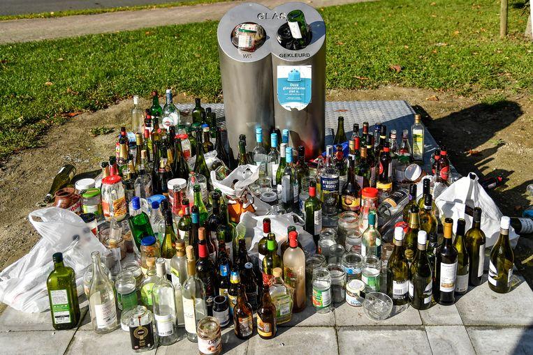 De vele flessen en bokalen die zich rond de ondergrondse glasbollen opstapelden, ontsierden de voorbije dagen het zicht.