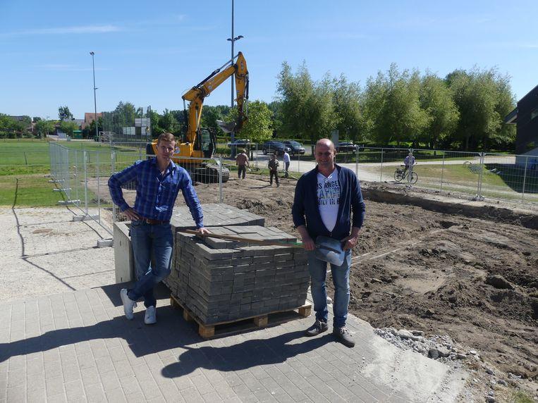 Steven Peck en Tom Moerman bij de werf van de nieuwe voetbalaccommodatie van Jong Zulte.