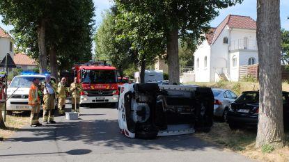 Wagen kantelt na botsing op kruispunt: bestuurster gewond naar ziekenhuis