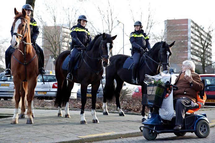 Jopie Schouten komt in 2017 met haar scootmobiel aanrijden, met in de hand een pot vol suikerklontjes om de politiepaarden van een lekkernij te voorzien.