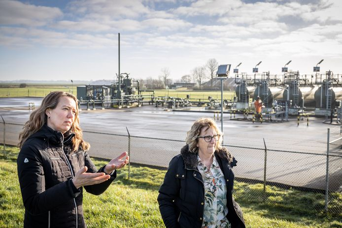 Rita Pos (links) en Marijke Sterk verzetten zich tegen de gaswinning in Eesveen.