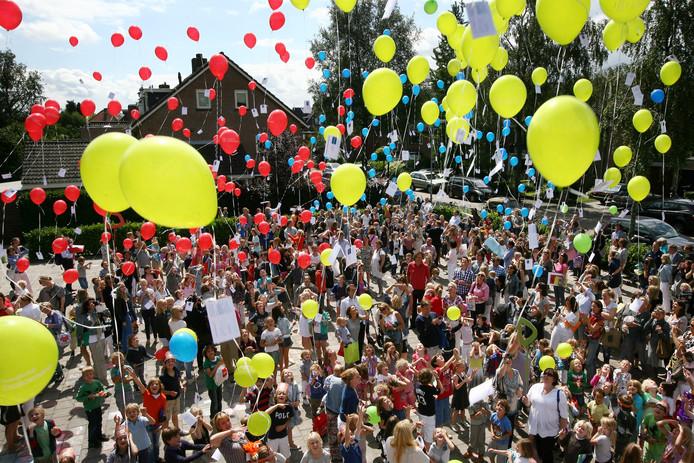 Kinderen laten ballonnen op in Breda in 2011.