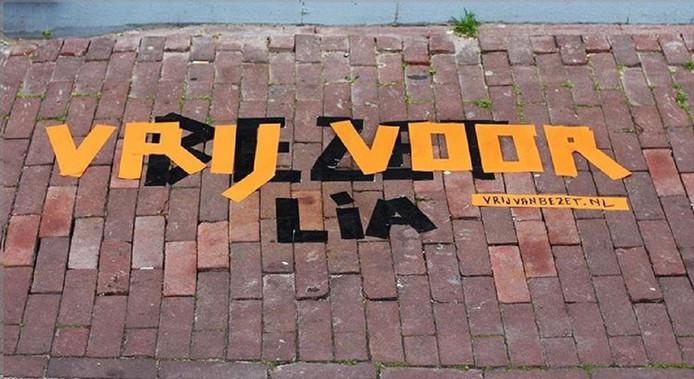 Amsterdammer Tim ten Dam startte een campagne waarbij het woord 'bezet' met oranje tape wordt over geplakt met 'vrij voor'.