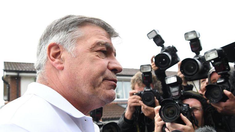 De ontslagen bondscoach Sam Allardyce staat de pers te woord voor zijn huis in Bolton Beeld afp