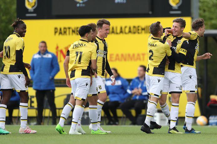 Jong Vitesse geniet tegen Rijnsburgse Boys. Richie Musaba (geheel links), Hicham Acheffay (11), Patrick Vroegh, Boyd Lucassen (2), Jesse Schuurman (aanvoerder) en Mats Grotenbreg vieren een treffer.