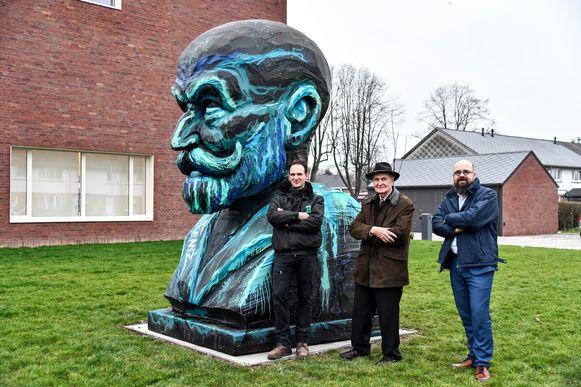 Kunstenaar Bram Buytaert en voorzitter van De Volkswoningen Marcel Seghers en directeur Piet Pauwels zijn verheugd dat het monumentale hoofd van Franz Courtens een plaats krijgt aan de kantoren van de huisvestingsmaatschappij.