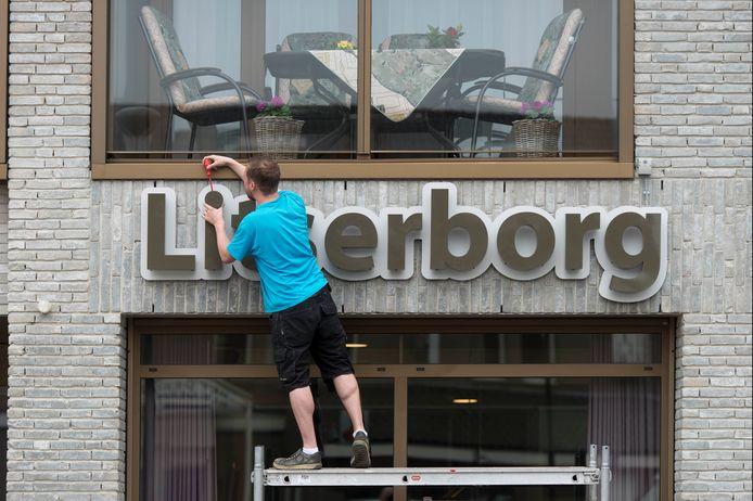IPTCBron  roy lazet  den Dungen;nl;03052016opgehangen naambord Litserborg Dirk van Kollenburg  roy lazet;sale