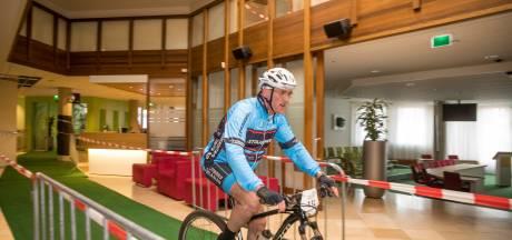 Burgemeester Oldebroek fietst op Koningsdag dóór stadhuis