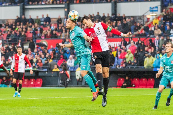 FC Twente-verdediger Xandro Schenk in een kopduel met Eric Botteghin. Het gevaar op besmetting is klein op het voetbalveld, ook als twee spelers koppen.