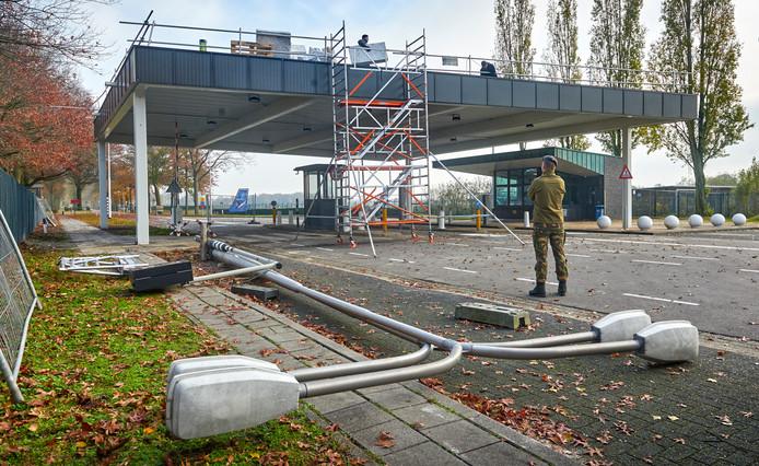 Aan de nieuwe poort bij vliegbasis Volkel wordt nog volop gewerkt.