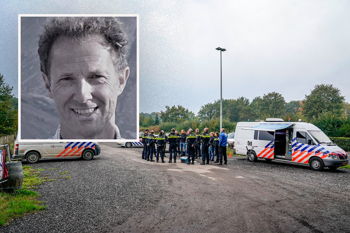De politie begint de zoekactie vanaf de parkeerplaats van Pannekoeckershuys in Den Hout © Marcel van Dorst / MaRicMedia