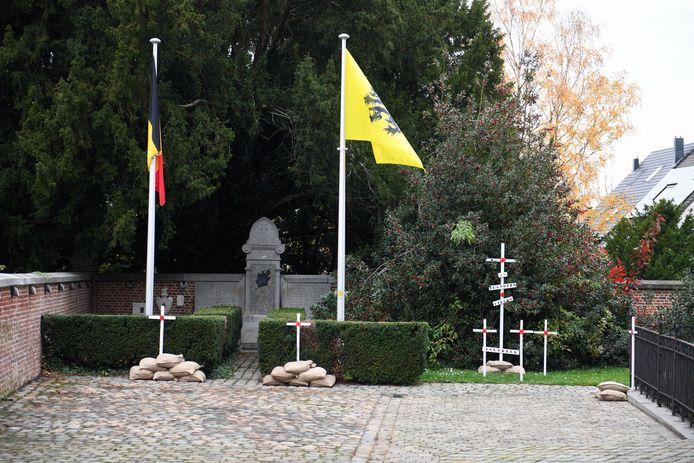 11-novembervieringen op het kerkhof in Holsbeek, met de kruisjes aan de kerk van Gaston Van Casteren.