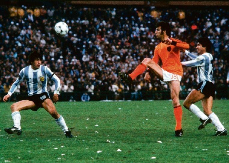 Dick Nanninga passeert Daniel Passarella (l.) in de WK-finale in 1978. Nederland verloor van Argentinië. Dat land was een dictatuur, de wedstrijd een psychologische oorlog. (FOTO ANP) Beeld