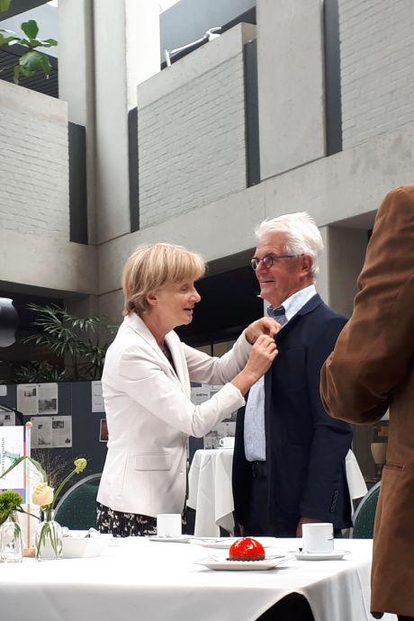 Lintjes met 10 weken vertraging opgespeld in Deurne: 'Nou hebben we wel mooi twee keer feest'