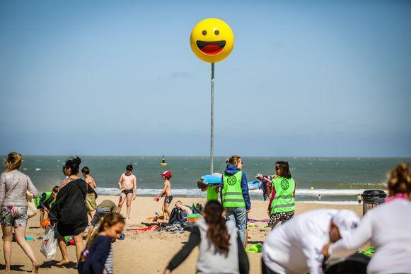 Een bijzonder gelukkige verdwaalpaal in Oostende.