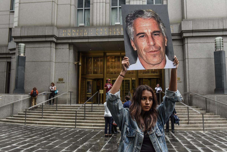 Een demonstrant van de protestgroep 'Hot Mess' tijdens het proces.