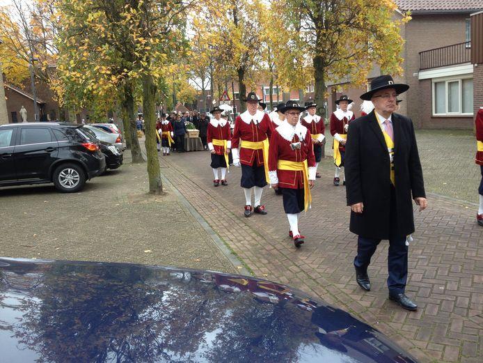 Burgemeester Pierre Bos als lid van het Boekels gilde bij de begrafenis van oud-pastoor Piet van Velthoven in Venhorst.