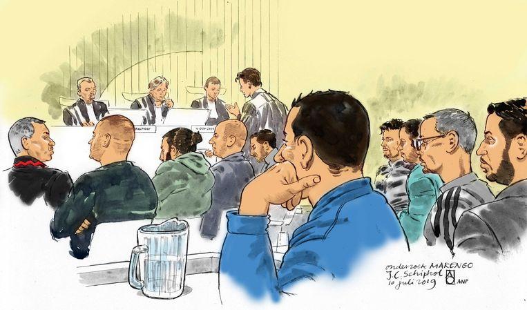 Een rechtbanktekening van Aloys Oosterwijk. Te zien is een aantal verdachten die terechtstaan in het proces Marengo. Op de eerste rij van links naar rechts: Bagdad el H., Mohammed A., Ashraf B., Zakaria el H. en Mohammed R.. Op de tweede rij van links naar rechts: Mohamed M.,Zacharia A., Charifel A., Arthur M. en Ricardo O. Staand Mr. Juriaan de Vries.  Beeld ANP