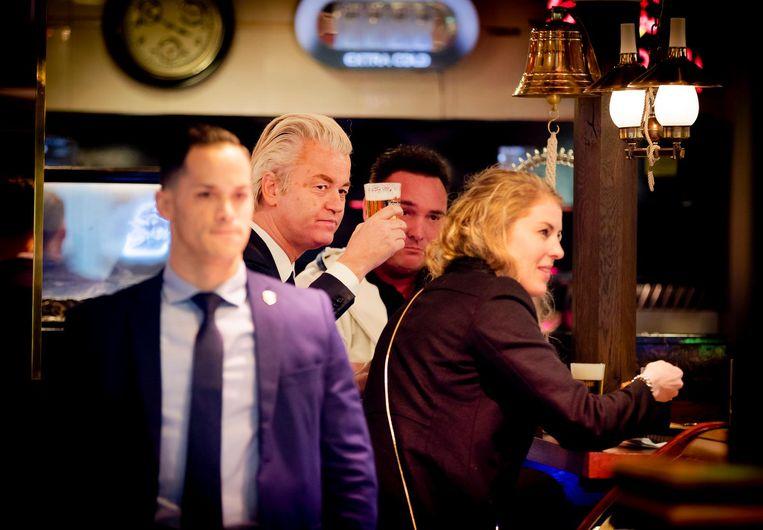 Wilders met een pilsje in Volendam. Beeld anp