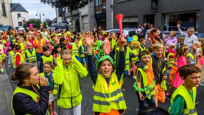 Fluoparade voor veiliger verkeer aan schoolpoort
