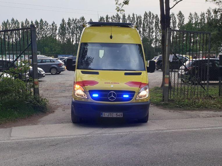Een ziekenwagen verlaat het terrein van de hockeyclub in Mol Donk.