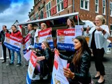 Hoeksch Lyceum reikt cijferlijsten uit in kanariegele Kunstbus