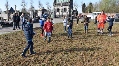 Leerlingen zaaien nieuwe bloemenweide op begraafplaats in