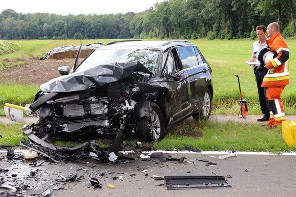 In deze auto zat een koppel met twee kinderen. De vader en de kindjes raakten lichtgewond, de mama zwaargewond.