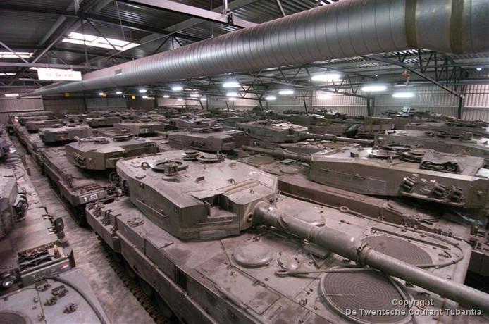 Archieffoto van het NAVO-depot in Almelo. Dit is binnen, buiten staan de desbetreffende voertuigen