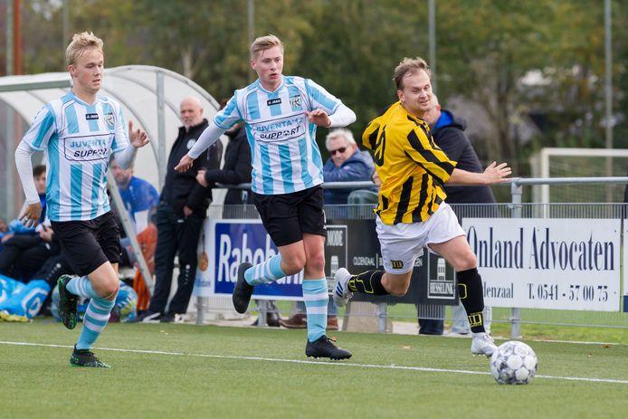 Juventa '12 in actie tegen UD Weerselo tijdens misschien wel een van de laatste wedstrijden op zondag.