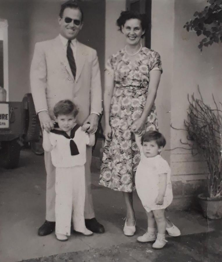 Hans Duijf (links) met zijn vader. Beeld Privé foto