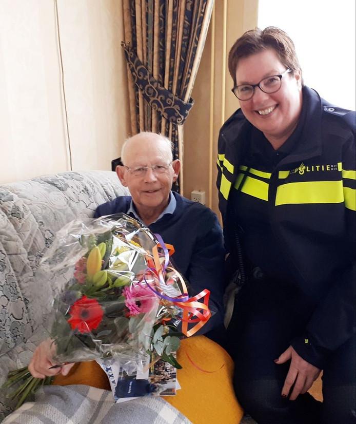 Kees Tol werd bedankt met een bloemetje.