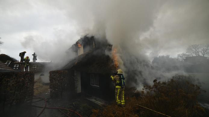 Het dak van de boerderij is compleet verwoest door de brand.
