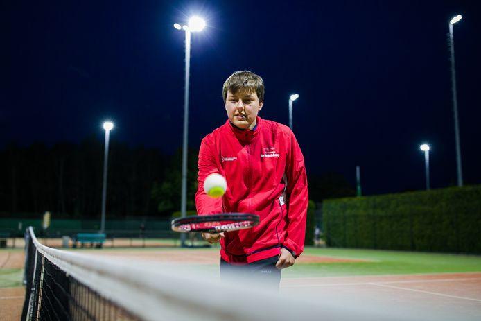 G-tennisser Jim van Gerven in actie bij de Schutskamp Helftheuvel.