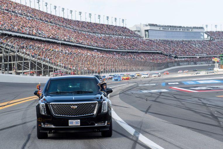 Trump rijdt met 'The Beast' een rondje op het beroemde circuit voor de race van start gaat.