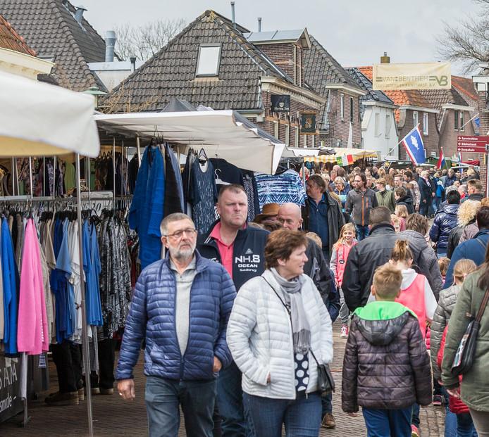 Tijdens de Kloostermarkt, die al sinds 1979 plaats heeft, schuifelen duizenden mensen langs de kramen.