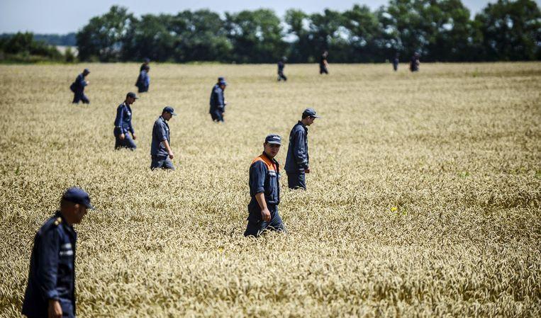 Oekraïense autoriteiten zoeken naar brokstukken in juli. Beeld AFP