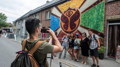 Buurtbewoonster verwelkomt kampeerders met versierde Tomorrowlandvlag van huis hoog