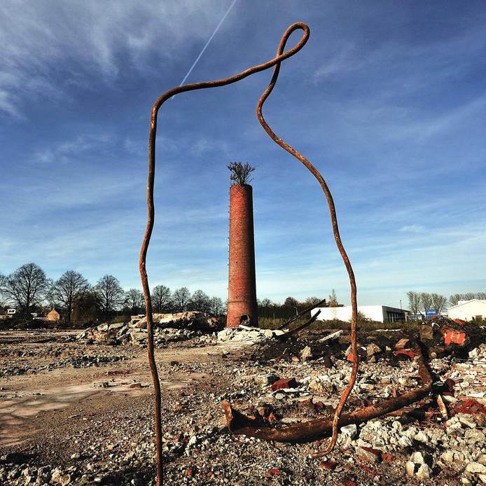 schoorsteen op de plek waar alles wordt gesloopt voor de wijk stadsoevers in roosendaal foto peter van trijen / pix4profs
