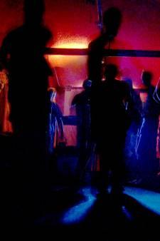 Politie Ede legt feestje in kelder van winkel stil: 7 boetes uitgedeeld