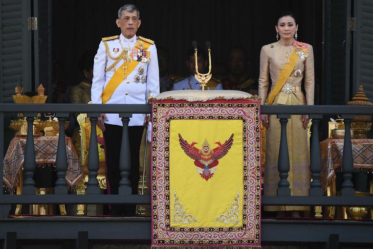 De koning met koningin Suthida. De 41-jarige Suthida is de vierde vrouw van de koning.