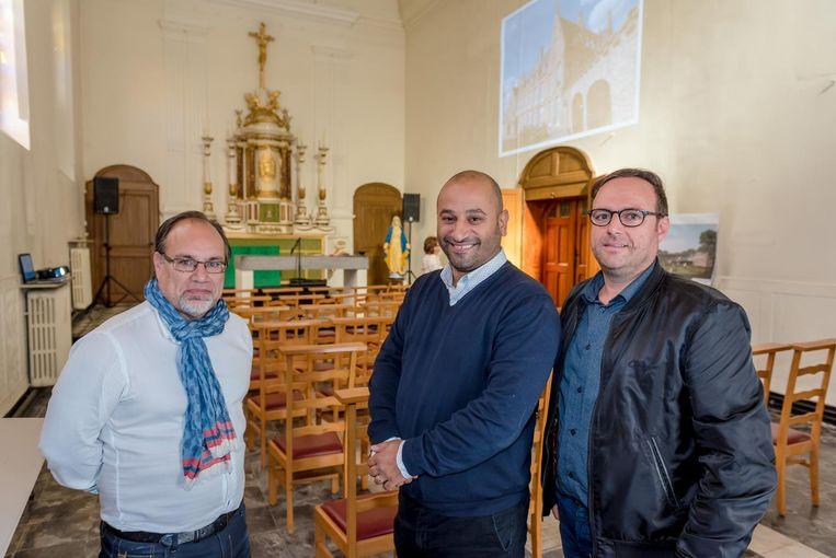 Van links naar rechts zien we burgemeester Peter Roose, Savas Gumus en schepen Pascal Sticker in de kapel, waar het restaurant komt.
