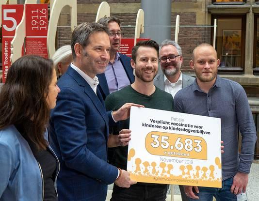 Mark Thiessen biedt zijn online petitie aan in de Tweede Kamer, die dan ruim 35.000 keer ondertekend is. Uiteindelijk eindigde de teller op 52.000 maal.