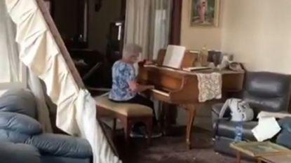 Vrouw speelt piano in zwaar beschadigd appartement in Beiroet